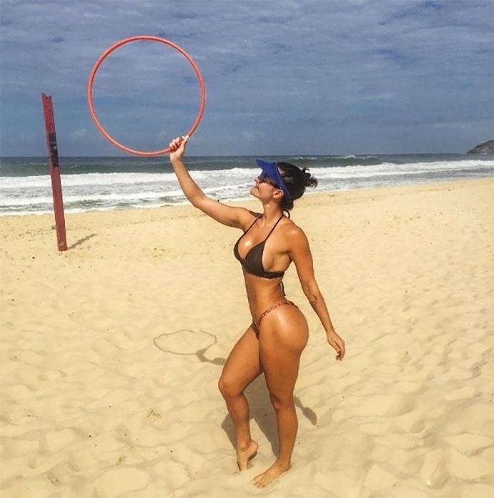 """16.mai.2017 - Laura Keller compartilha diariamente nas redes sociais o seu treino funcional, que ela pratica na praia do Recreio, no Rio de Janeiro. Exibindo suas curvas de biquíni, a atriz postou uma foto segurando um bambolê. """"Funcional é vida"""", escreveu na legenda"""