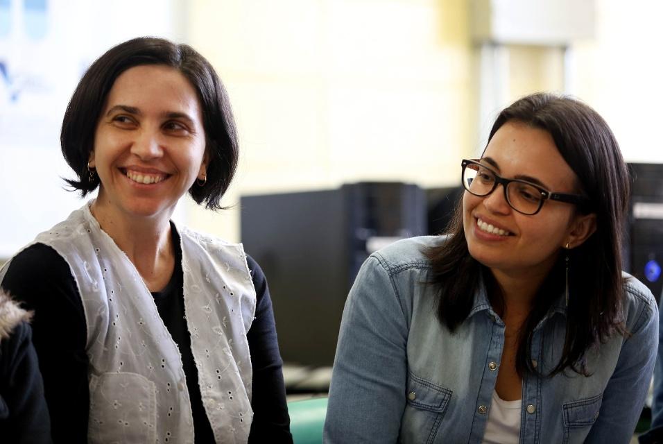 Professoras Adriana (esq.) e Daniela (dir.) riem durante roda de conversa com alunos