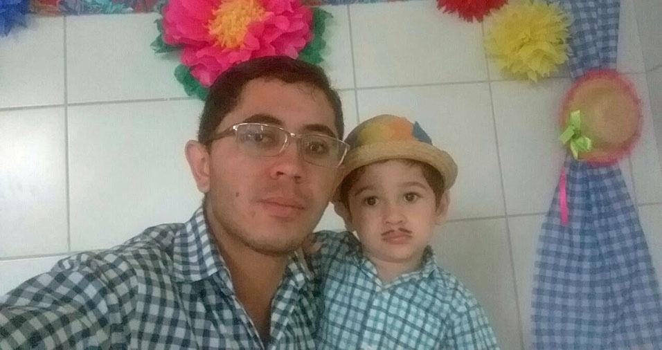 Pedro Lucas, três anos, com o papai Francisco Adriano Oliveira Souza, na festinha junina do CEI Maria Edite, em Aratuba (CE)
