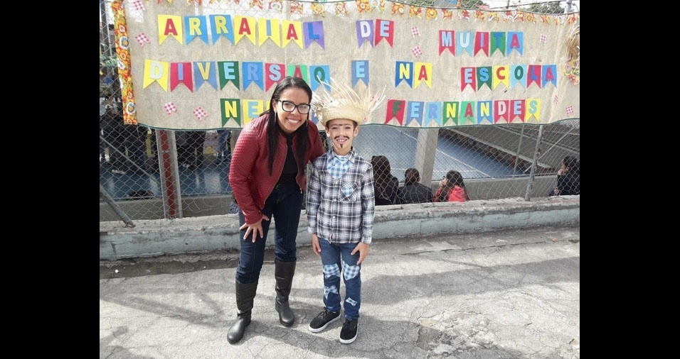 Kátia Vanessa com o filho Arthur Rodrigues, sete anos, que irá dançar na festa junina da escola Nelson Fernandes, em São Paulo (SP)