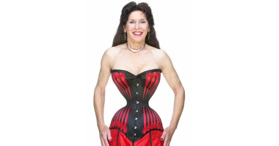 13. Cathie Jung precisaria engordar um pouco para ser chamada de cintura de pilão. Com apenas 38 centímetros de diâmetro, ela é dona da cintura mais fina do mundo, registrada em 1999. Se tirar o corsete, aumenta um pouco: 53,3 cm.