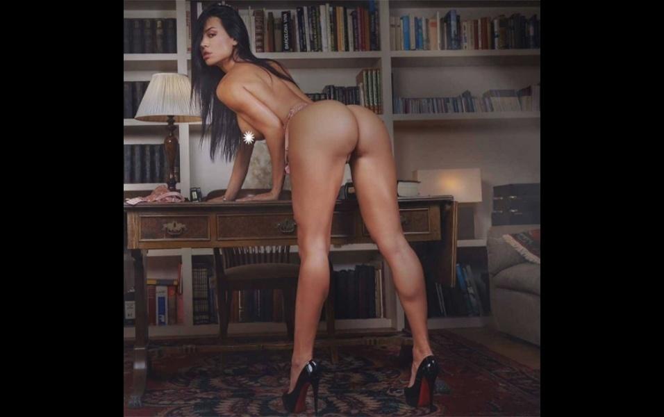 """17.out.2017 - A colombiana Franceska Jaimes, que alcançou o estrelato como atriz pornô, está há algum tempo afastada dos filmes adultos, mas não deixou a sensualidade de lado. No Instagram, a morena de 32 anos segue """"pirando"""" a cabeça dos fãs com fotos quentes de lingerie"""