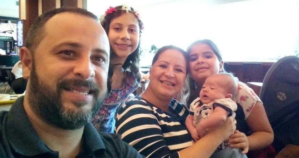 Papai Giovanni, de São Jose dos Campos (SP), com os filhos Anna Isabela e Theo e a esposa Rita