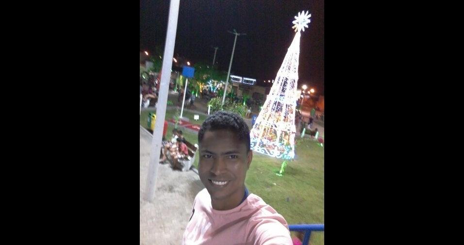 Edson Rodrigues da Silva na árvore da praça da Chapada, de Caxias (MA)