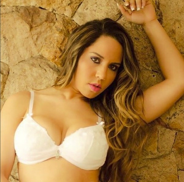 22.set.2015 - Em ensaio sensual, Renata Frisson, conhecida como a Mulher Melão, exibe suas curvas de lingerie