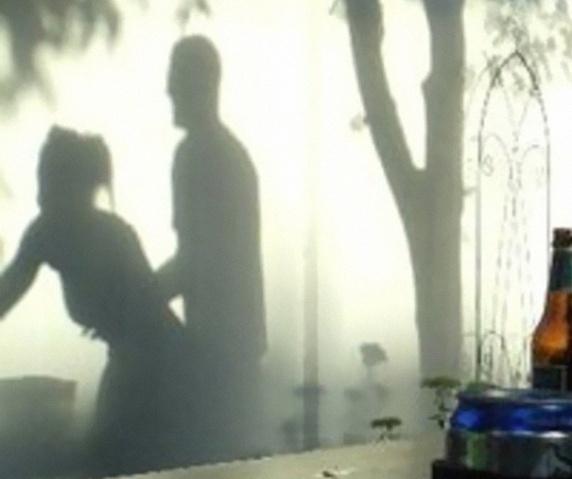 24.set.2015 - Será que esse casal se empolgou a ponto de fazer sexo no jardim? Tire sua dúvida clicando na próxima foto