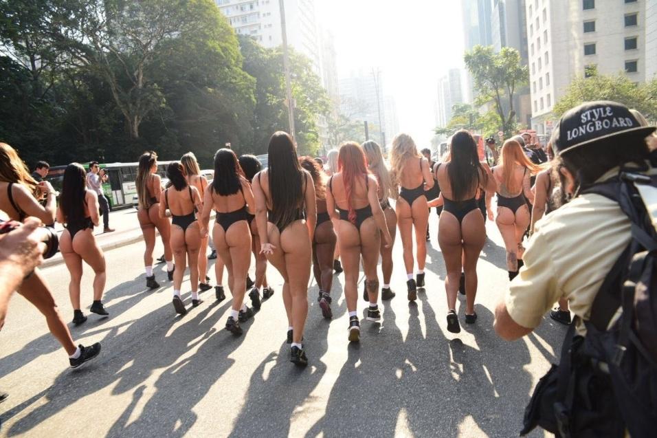 7.ago.2017 - Participantes do concurso Miss Bumbum Brasil 2017 realizam a tradicional corrida na avenida Paulista, em São Paulo