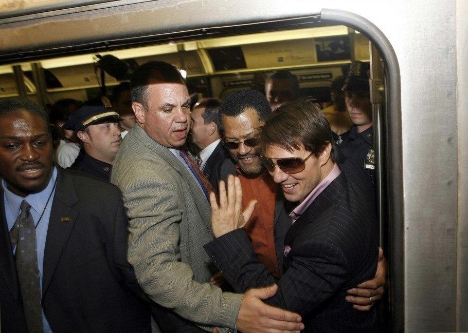 29.jul.2015 - Nesta imagem antiga, o ator Tom Cruise parece ter ficado um pouco apertado ao usar o metrô. Mesmo assim, o astro do cinema levou a experiência com risadas