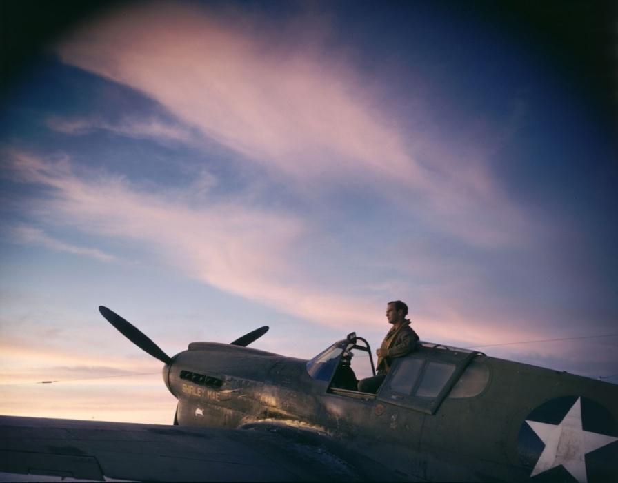 1942 - Piloto dos Estados Unidos posa em sua aeronave na base naval de Midway, no oceano pacífico