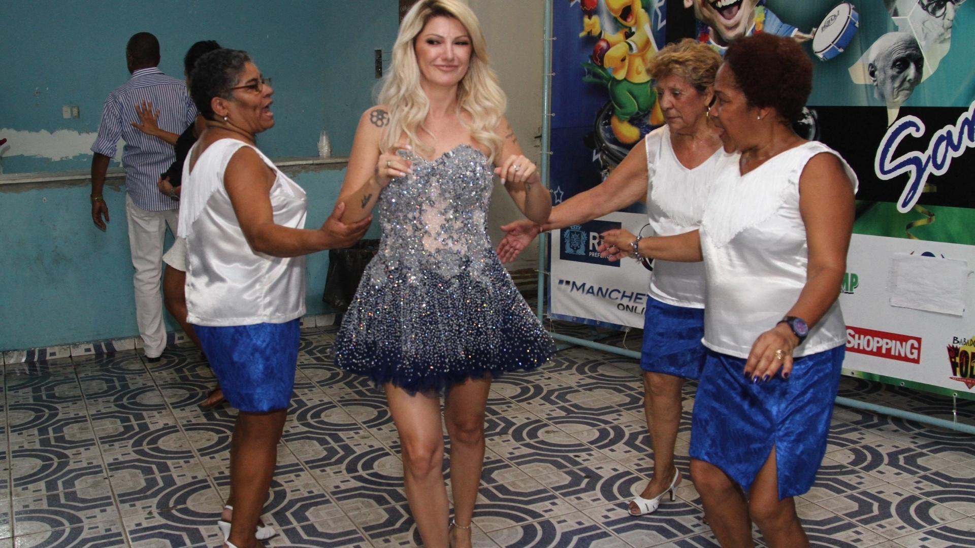 15.nov.2015 - Antônia Fontenelle posa com integrantes da Caprichosos de Pilares