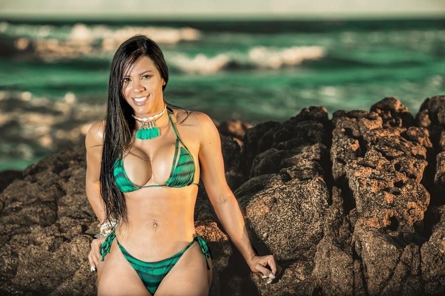 24.jan.2017 - Ensaio com Jeane Gomes foi clicado na Praia de Itapuã, em Salvador. Modelo tem 105 cm de bumbum, 68 cm de cintura e 90 cm de busto, tudo isso distribuídos nos 1,64 m de altura da beldade