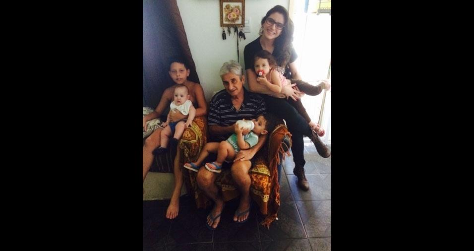 O pai e avô Joel Vivone com os filhos e netos: Kayo, Pietro, Arthur, Mariana e Alexia