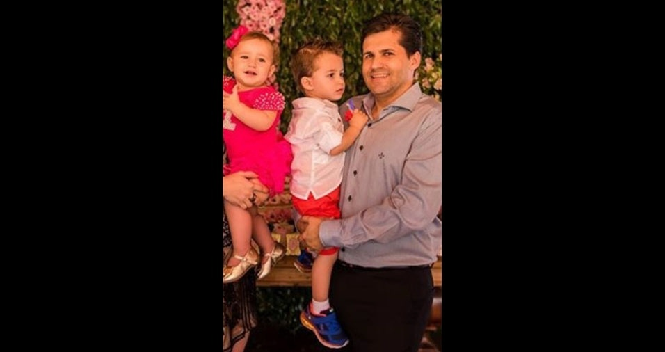 Rogério Batalha Fernandes com os filhos Isadora e Vitor, de Caratinga (MG)