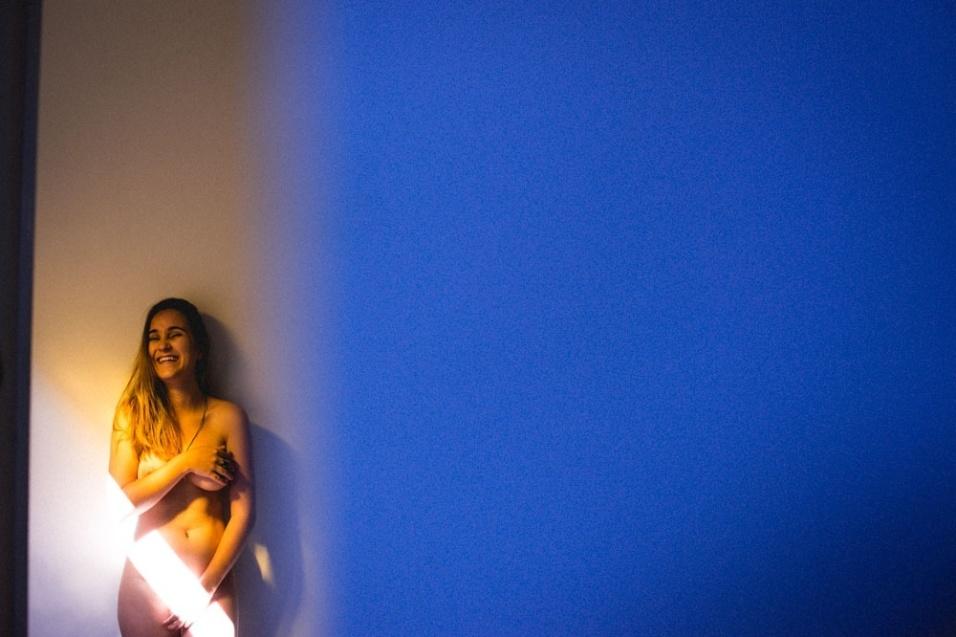 """25.fev.2016 - Apaixonada por fotografia, Karoline posou para o ensaio """"Promeneur"""". O site Libertine.nu é um projeto do fotógrafo Neto Macedo com ensaios que buscam """"promover a beleza natural das mulheres"""". Com pessoas comuns, o criador do projeto não busca um típo físico específico, e está aberto à participação de quem se identificar com a proposta"""