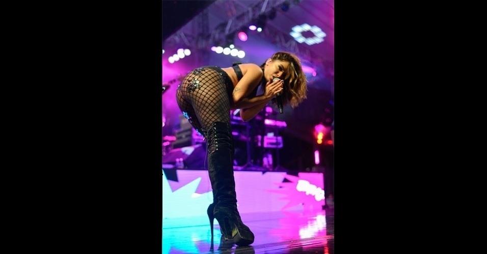 23.jan.2017 - Uau! Anitta rouba a cena com coreografias sensuais em show realizado em Salvador, na Bahia