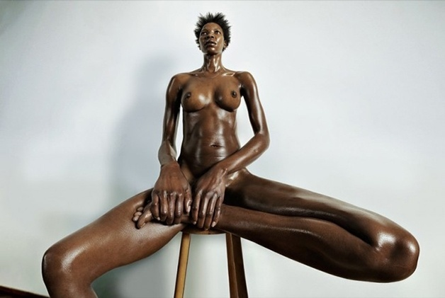 9.mai.2017 - O fotógrafo suíço Roger Weiss realizou uma série fotográfica que busca mostrar o corpo feminino de uma forma totalmente diferente, sem temer as marcas e as imperfeições