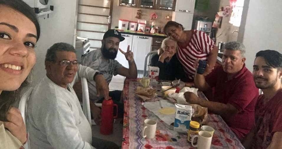 """André, de boné, faz uma homenagem a avó Aparecida, com esta foto da família, e conta: """"Duas avós, dona Cida, que é avó e bisavó, e dona Fátima, que é avó, com seus filhos e netos"""""""