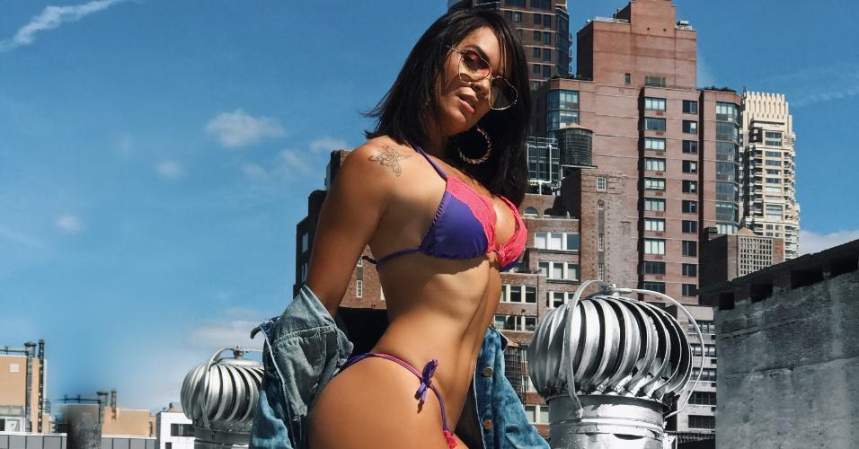 """17.ago.2017 - A modelo e atriz Denise Dias é a estrela da campanha de verão da grife Sereia de Noronha. As fotos, clicadas por Osmar Santos, foram feitas na cidade de Nova York. """"Fui a primeira modelo a fotografar pra essa marca de biquínis em Maceió, depois em Cancun e agora pensamos em algo bem 'street style' pra ficar a cara de New York"""", comentou a modelo, que exibiu seu corpo em forma durante o ensaio"""