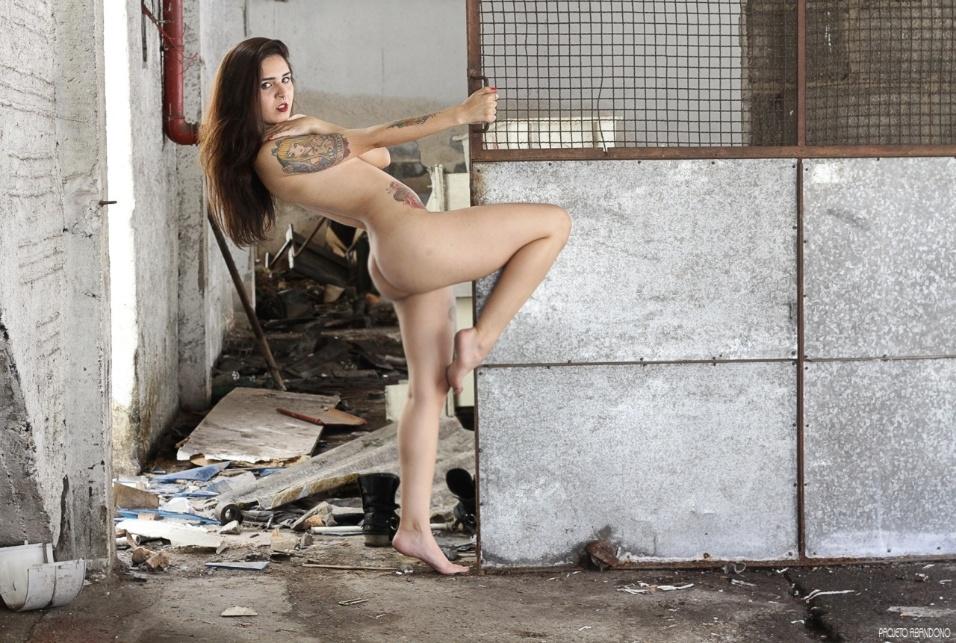"""27.mar.2016 - Criado pela fotógrafa Priscila Arteaga, o Projeto Abandono surgiu em 2014 para exaltar a beleza do corpo feminino. Contra todos os padrões, Priscila revela toda a sensualidade de suas modelos, mulheres comuns, em locais belíssimos e totalmente abandonados. """"Nunca fotografei nu antes, mas a vontade sempre falava mais alto, então resolvi meter as caras, e não é que deu certo?"""", afirmou a artista em entrevista ao site Zupi. Na foto, a modelo Isabelle Gomes"""