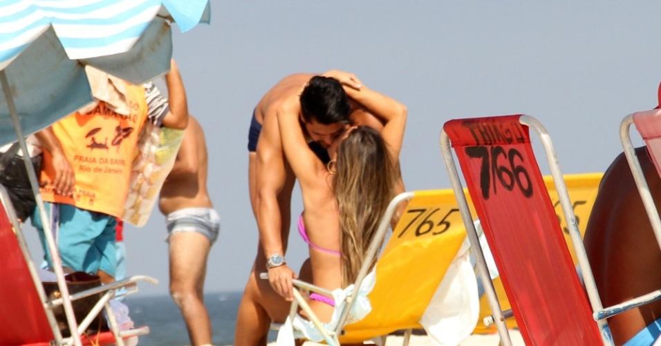 13.abr.2016 - Nicole Bahls aproveitou o dia e sol para curtir uma praia na Barra da Tijuca, no Rio de Janeiro. A bela trocou carícias com o noivo, Marcelo, e foi clicada pelos paparazzi