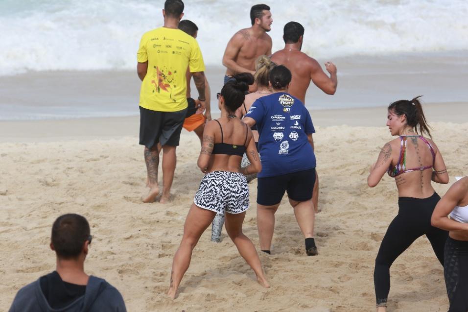 """29.jul.2016 - Ex-dançarina do """"Domingão do Faustão"""", Aline Riscado fez exercícios na praia usando top e shortinho"""