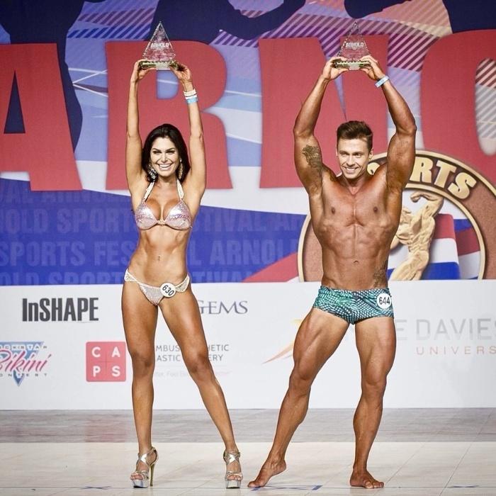 7.mar.2017 - Vencedores do Arnold Model Search exibem os troféus do concurso organizado na cidade de Columbus, nos Estados Unidos