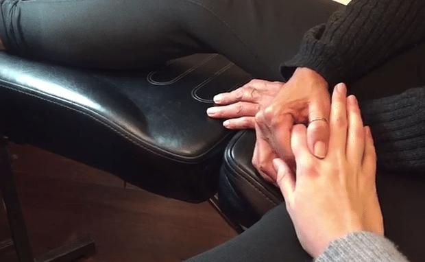 14.mar.2017 - Mãe e filha dão as mãos na hora de fazer uma tatuagem igual