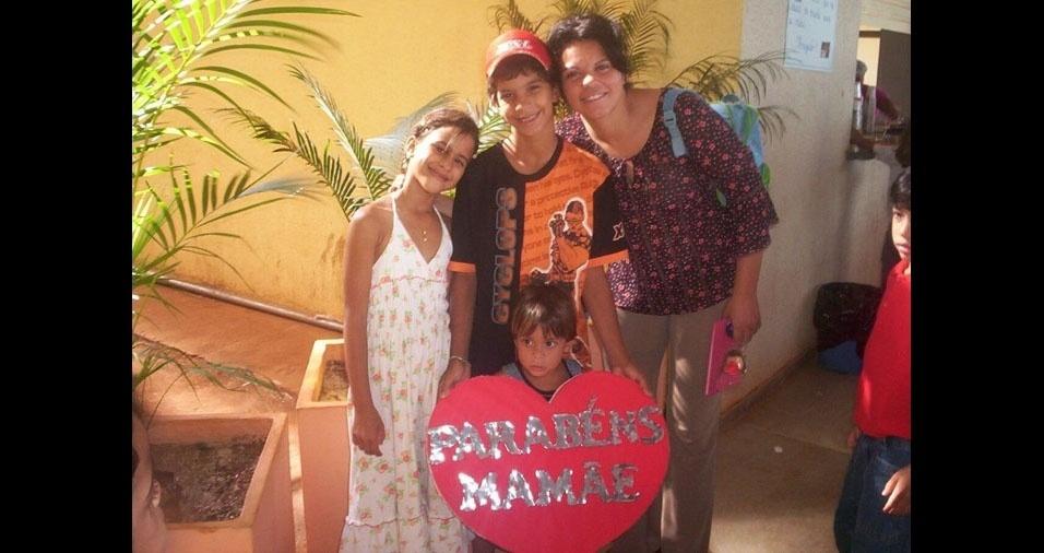 Bárbara Gomes e os irmãos comemorando o Dia da Méssia Sales Gomes, de Palmas (TO)