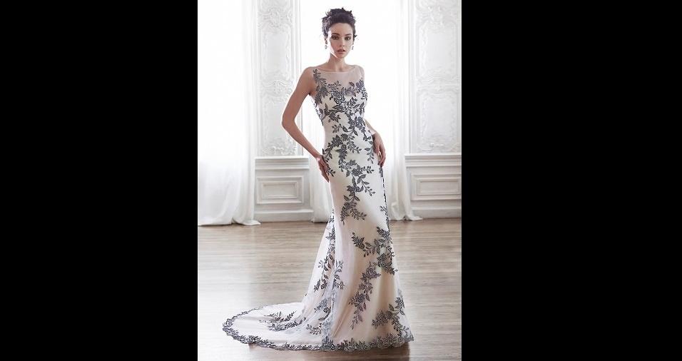 19. Além disso, o preto pode estar presente no vestido de noiva em detalhes e desenhos que compõem a peça, como flores e ramos ao redor de toda a roupa