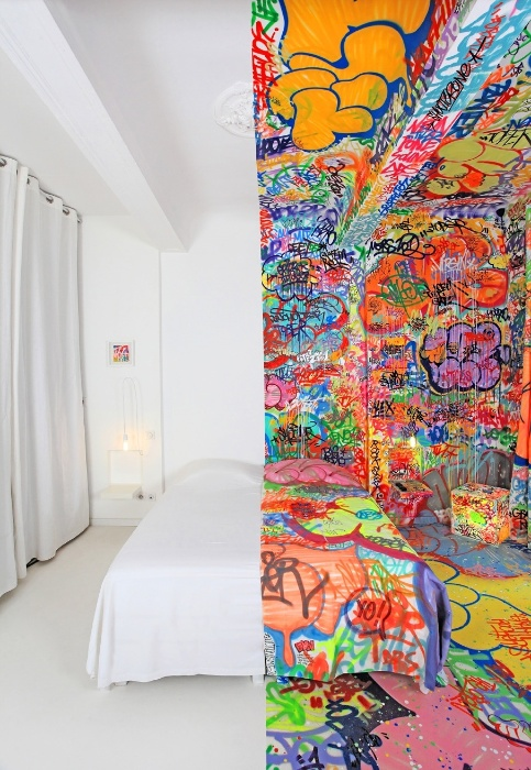 """Obra """"Quarto do Pânico"""" instalada no hotel Au Vieux Panier na cidade de Marselha, na França"""