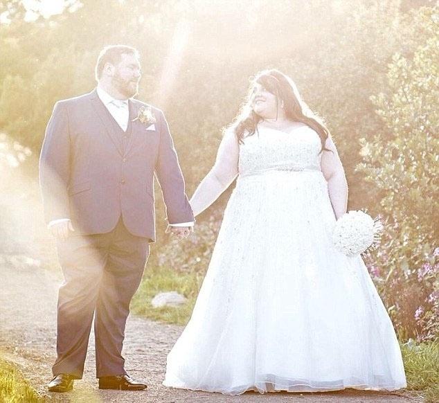 """2.fev.2016 - Lauren e Dan se casaram em Huddersfield no ano passado. Lauren disse ao blog quando enviou a foto: """"Eu sou o maior que eu já estive, mas eu também sou o mais feliz"""""""