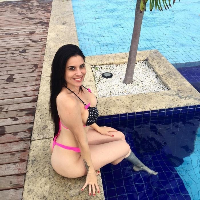 """5.fev.2016 - Jéssica Amaral exibiu os atributos em fotos de biquíni à beira da piscina para os seguidores no Instagram. A morena, capa da """"Sexy"""" de janeiro, 3º lugar no Miss Bumbum 2013 e eleita em concurso na """"Playboy"""" como o """"bumbum mais bonito do Brasil"""", mostrou porque mereceu as escolhas. """"Minha rotina é não ter rotina"""", publicou na legenda da foto"""