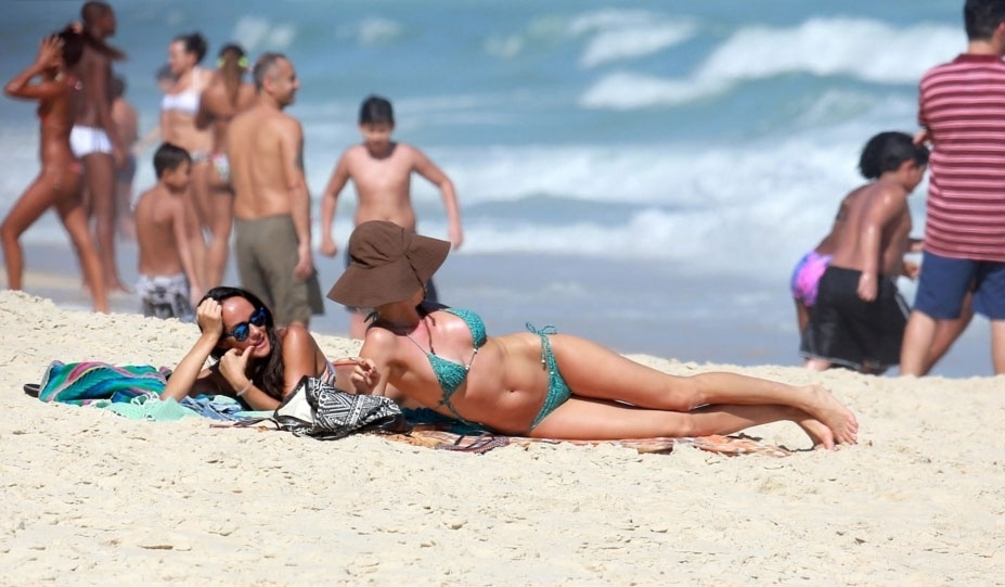 31.out.2015 - Grazi Massafera exibe corpão na praia de São Conrado, zona sul do Rio de Janeiro