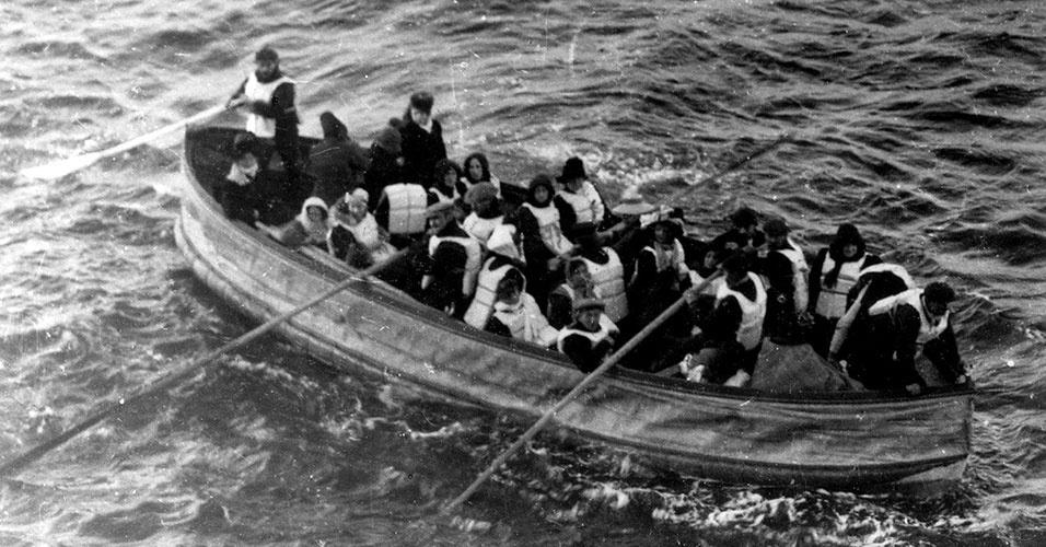 Inquéritos comprovaram que no Titanic só havia botes suficientes para metade dos passageiros do navio. A maioria dos que ficaram na água, aguardando o resgate, que começou a ser feito após as 4h00 da manhã, morreu de hipotermia por causa da baixa temperatura da água (-2°) ou atacada por tubarões - estima-se que 800 dos 1512 mortos encontrados no mar foram devorados. Poucos botes salva-vidas retornaram para a região após o naufrágio: os sobreviventes temiam pela reação das pessoas, que desesperadas pela salvação, poderiam invadir os barcos e acabar afundando a pequena embarcação
