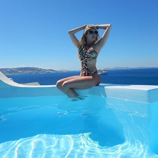5.set.2016 - Bárbara Evans faz pose de maiô em cenário paradisíaco da Grécia