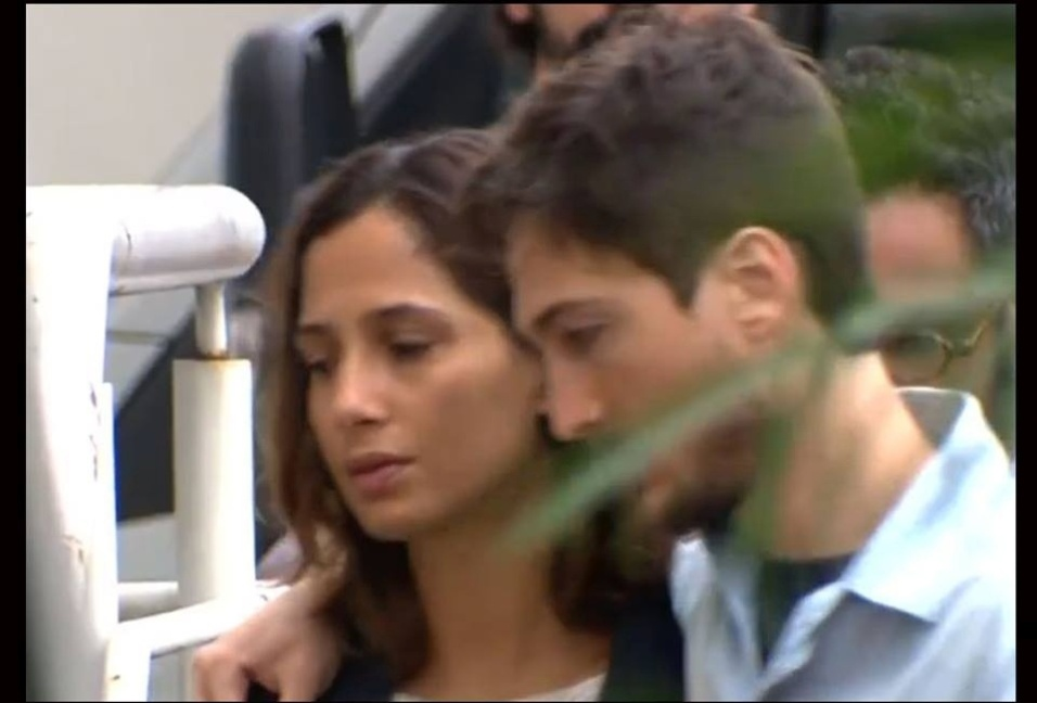 17.set.2016 - Camila Pitanga chegou ao velório de Domingos Montagner, na manhã deste sábado, ao lado do namorado Igor Angelkorte