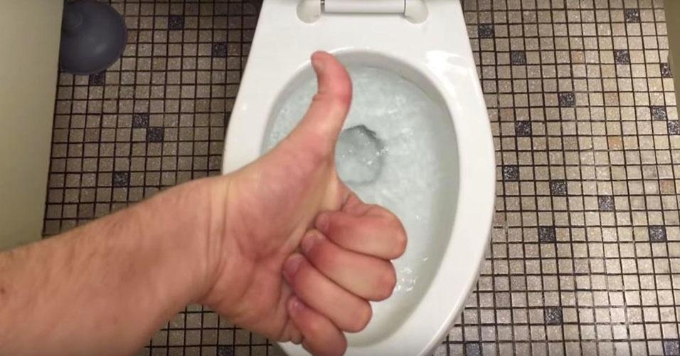 3. Quando usar o banheiro, lembre-se de dar descarga. As dicas desta lista foram adaptadas do site List25