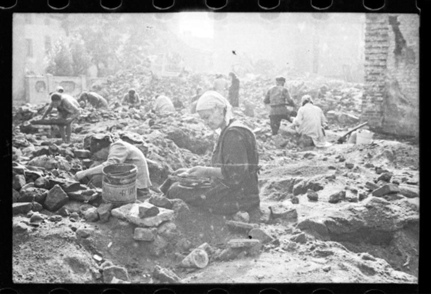 1940 - Mulher vasculha os destroços de sinagoga em Lodz, na Polônia, destruída pelos nazistas em 1939