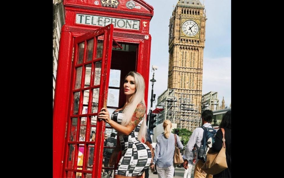 """18.jul.2017 - De férias em Londres, na Inglaterra, a modelo fitness Leticia Alonso está curtindo seus dias na """"terra da rainha"""". No clique acima, a musa posa em uma tradicional cabine telefônica da cidade, com o Big Ben ao fundo"""