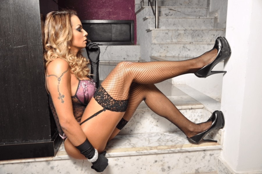 18.ago.2017 - Wanessa Angell mostrou o corpo em forma em ensaio de lingerie em motel de São Paulo