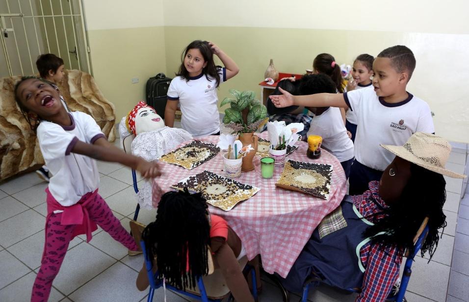Professora Cibele. Chegou a hora do almoço na EMEI Nelson Mandela. Estudantes entre 4 e 5 anos brincam e organizam o momento em família. Na escola, uma das ações a favor da diversidade é a não classificação e distinção de classes por idade. Lá, eles apostam em salas multisseriadas