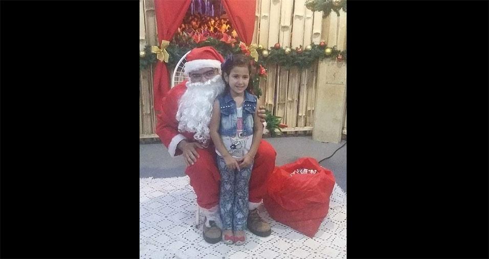 Crismeire enviou foto de sua sobrinha Helena com o Papai Noel, de Sales Oliveira (SP)