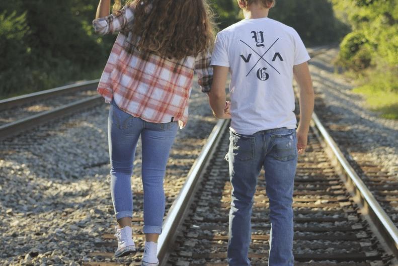 """17.set.2015 - Uma tragédia na linha férrea de Maryland, nos EUA, matou um adolescente de 16 anos na última segunda-feira. John deReggi morreu após ser atingido por um trem enquanto posava para fotos românticas com Natalie Crim, sua namorada. Os dois, que andavam sobre os trilhos, estavam sendo clicados pela irmã gêmea da garota no momento em que uma composição, que seguia a mais de 100 km/h, atingiu o jovem, que perdeu a vida na hora. As duas meninas conseguiram escapar. As informações são do """"The New York Daily News""""."""