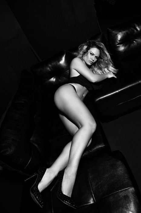 16.out.2015 - A ex-BBB Natália Casassola fez um ensaio exibindo as generosas curvas para lançar um site dedicado à beleza  brasileira. Em entrevista ao Ego, a beldade falou sobre o trabalho artístico em que aparece seminua.