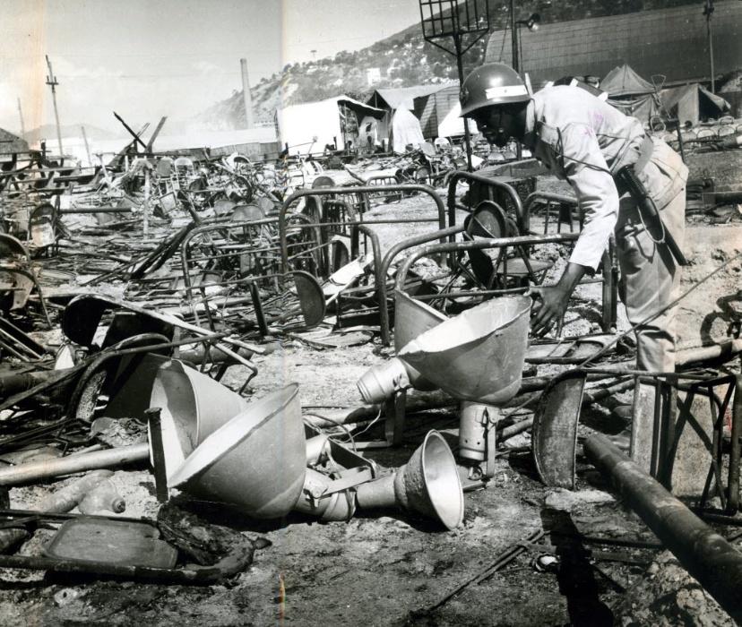 17.dez.1961 - Polícia examina escombros do incêndio no Gran Circo Norte-Americano, em Niterói (RJ)