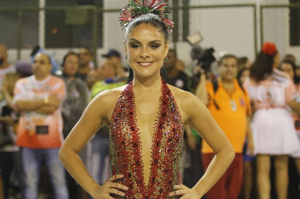 17.jan.2016 - Paloma Bernardi entrou na avenida da Marquês de Sapucaí com um superdecote que engrandeceu ainda mais a passagem da nova rainha de bateria da Grande Rio