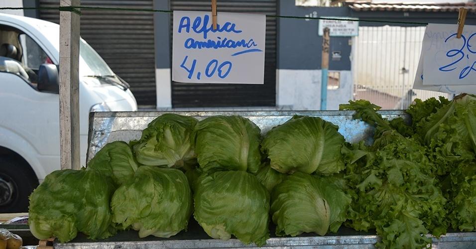 Como alternativa, procure comprar hortaliças que estejam mais em conta, como a alface crespa (R$ 3) e a americana (R$ 4)