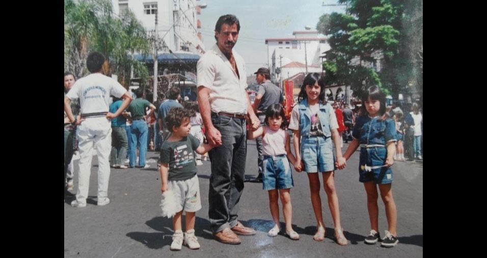 Laércio Bragato enviou foto em que estava com os filhos Murilo, 4 anos, Jamile, 5, Gerusa, 6, e Jéssica, 7, comemorando as festividades de Sete de Setembro na Rua São Paulo, em Águas de Lindóia (SP)