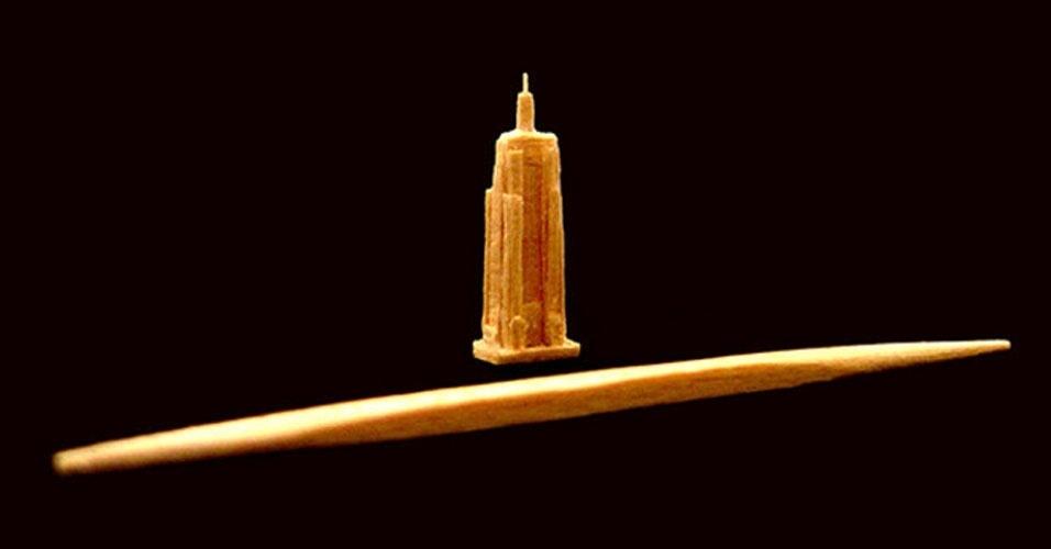 38. O Guinness Book não registra apenas os maiores representantes de alguma categoria. Quando se trata de esculturas em palitos de dente, fica para a história quem fizer a menor obra. Foi o que aconteceu com o americano Steven Backman, que esculpiu uma réplica do edifício Empire State com menos de 2 cm de altura.