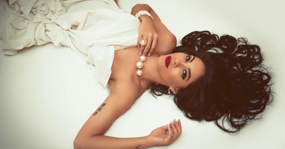 8.jan.2016 - Alçada à fama depois de tomar a coroa da Miss Amazonas, Sheislane Hayalla mostra que está aproveitando bem os instantes de sucesso que conquistou. A morena posou para um catálogo de uma joalheria e não economizou na sensualidade nas fotos com lingerie